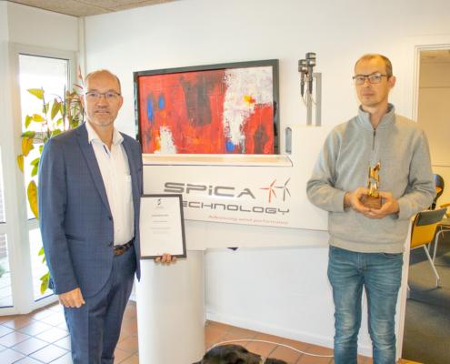 Direktørerne fra Spica Technology ApS modtager en prisoverrækkelse fra BDO